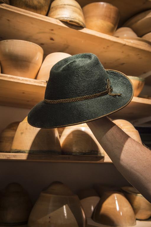 Title Chapeau | Fertiger Hut