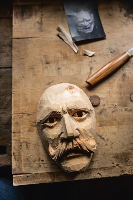 Maskenbau ist ein konservatives Handwerk. Eine Maske schnitzt man wie vor Jahrhunderten in Handarbeit.