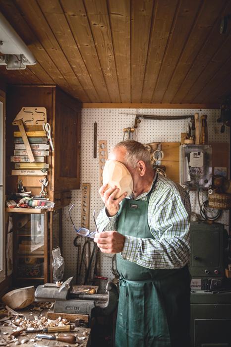 Die Larven sind Maßanfertigungen für den jeweiligen Träger. Aus Zirbe sind sie geschnitzt, weil das Holz duftet und sehr leicht ist. Bärte, Hakennasen, hochstehende Wangen, ausgeprägte Augenbrauen – alles wird ins Zirbenholz geschnitzt, gehobelt, gefeilt oder aufgemalt.