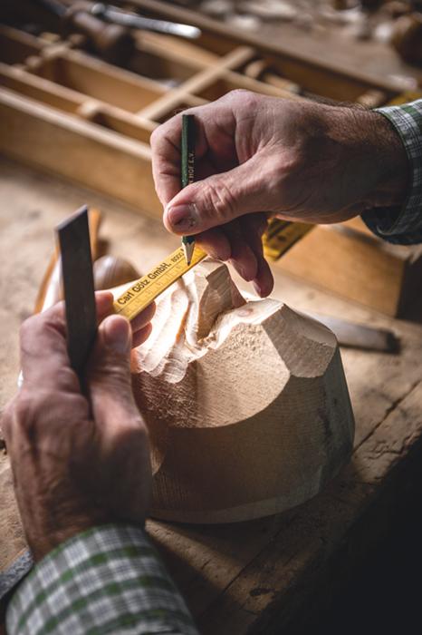 Zollstock, Bleistift, Säge. Georg Neuner ist Geigenbaumeister. Für die Masken nimmt er Werkzeuge, die er auch für den Geigenbau braucht.
