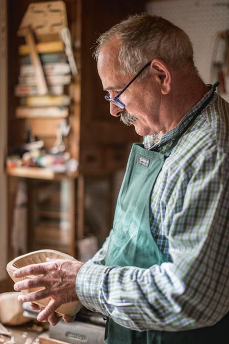 Seit Generationen befinden sich Neuners Larven im Familienbesitz. Manche hat er nachgeschnitzt, um sie für die Nachwelt zu erhalten.