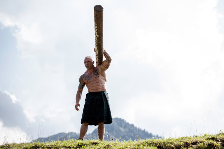 Die O'balandla | Mit Baumstamm auf der Schulter