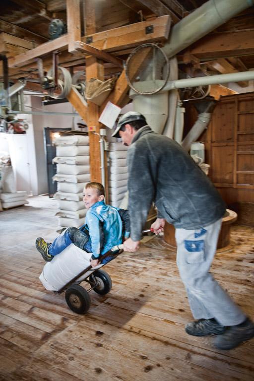 Off-Mühle: Sohn Lukas auf der Sackkarre